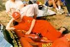 Лежу на флаге с Шумиком, готовлюсь к гонке