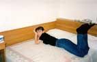 Я на большой кровати в нашем номере