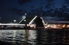 Дворцовый мост в разведенном виде